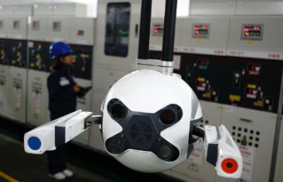 南方电网首配电巡检机器人正式投运