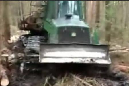 林业机械在艰苦条件下工作