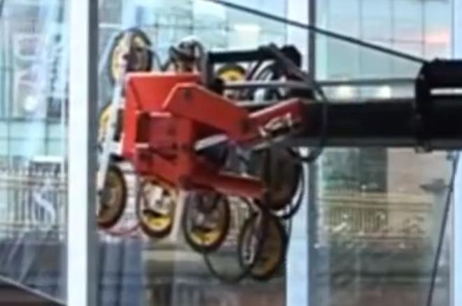 300米高的大楼玻璃全靠这机器?