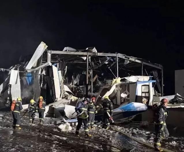 吉林一化工厂爆燃 居民楼玻璃被震碎