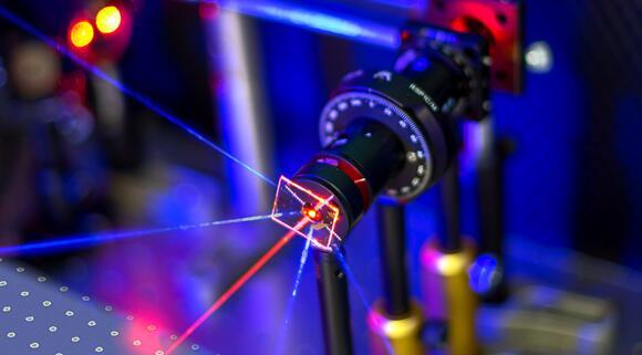 科学家使用金纳米颗粒阵列研制新型传感器,灵敏度超当前类似传感器百倍