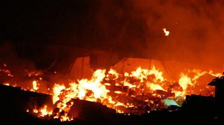 美国马卡尔造纸厂发生大型火灾