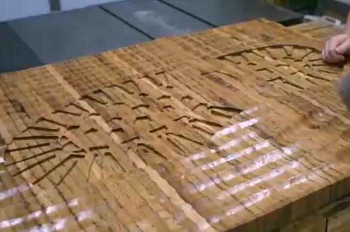 30年老木匠自制巨型鞋印当艺术品?