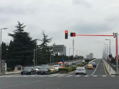 昆山市启用新型Plus版信号灯  极大解决视线完全被遮挡问题