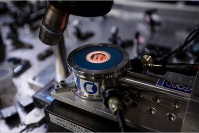 丹麦哥本哈根大学开发出新型纳米元件,能发出携带量子信息的光粒子