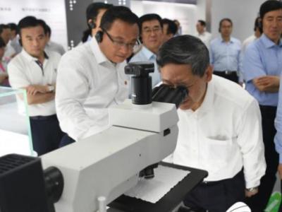 """数淄博高新区""""高精尖""""原子级的显微镜探针 国内首创0.5毫米级光通讯芯片……"""