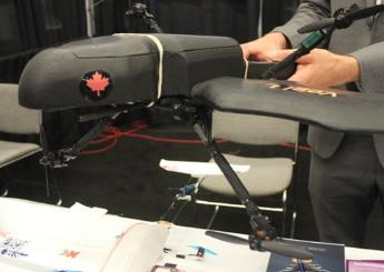 垂直起降四轴飞行器Vogi使用四个相同的螺旋桨在空中飞行前进