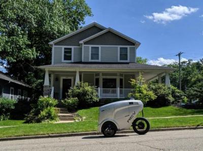 Refraction AI公司推出低成本、轻量级自动驾驶送货机器人REV-1