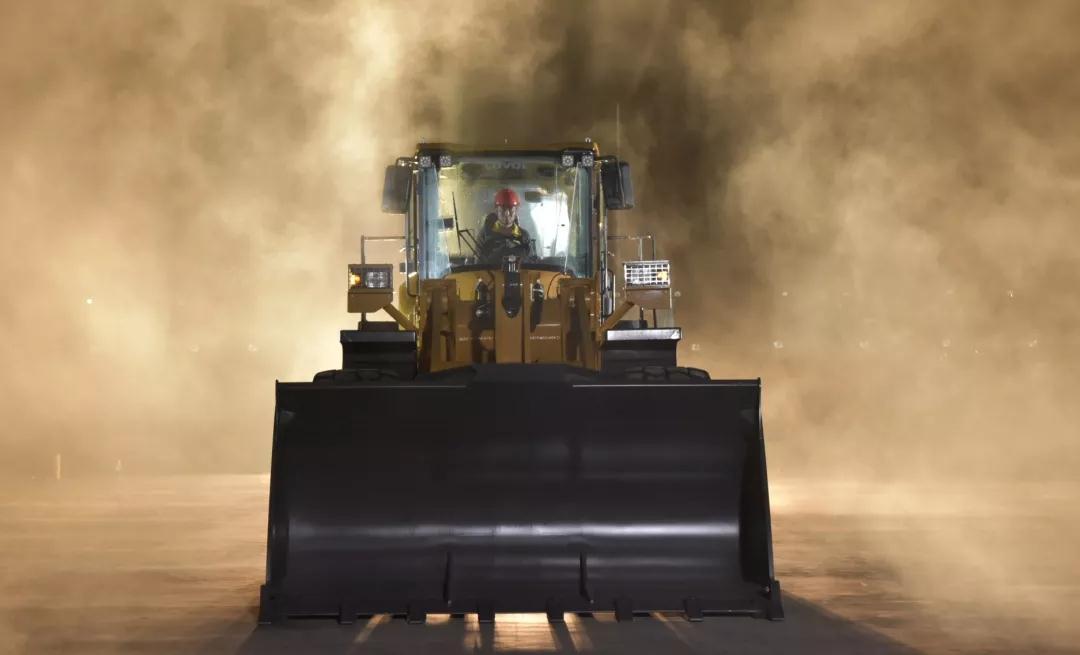 雷沃工程机械装载机再添新成员 车队大展身手获赞