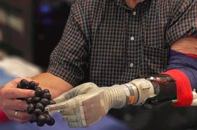 科学家开发出让截肢者重获触觉的机械臂