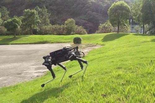 宇树科技Laikago Pro四足机器狗可以拉动一辆面包车
