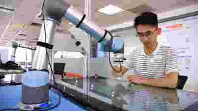 上海机器人产业技术研究院自主研发的善解人意的机器人问世