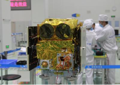 深圳制造首颗三极遥感星座观测系统试验卫星京师一号包装入箱