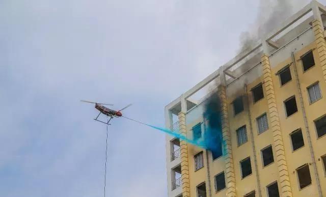 中国无人机变身灭火器 首次解决高层灭火难题