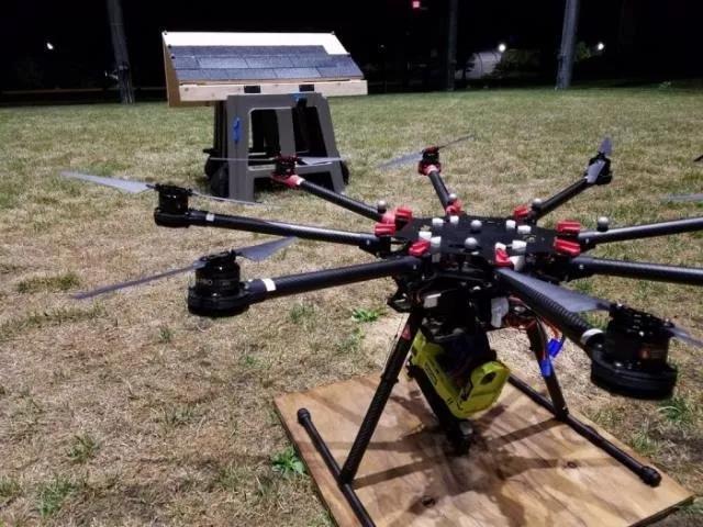 密歇根大学团队成功使用无人机将沥青瓦钉到屋顶上