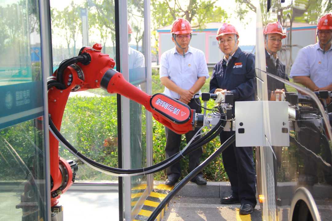 全國首個智慧公交充電機器人在天津啟動試運行