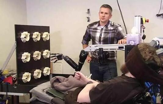 脑机接口技术突破 单人同时操控三架无人机