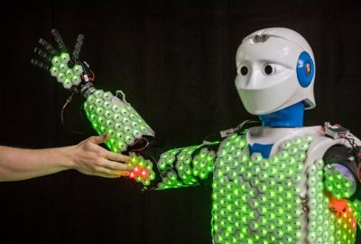 科学家为机器人配备高灵敏度合成皮肤 让人机拥抱变得更加安全