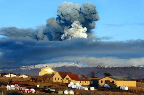 俄罗斯一次火山爆发,致使天空中出现了紫色的场景!