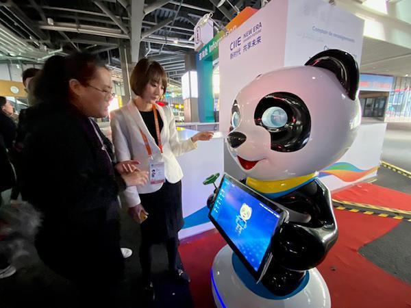 """20台""""进宝""""智能机器人亮相第二届进博会 提供双语服务"""