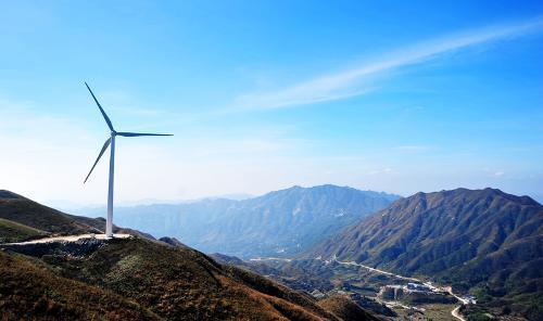 中广核新能源天塘界风电场首台风机完成吊装