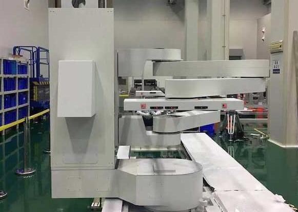 新松自主研发的我国首套柔性OLED机器人成功应用
