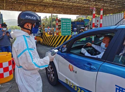 """深圳交警""""黑科技"""":戴上智能头盔,3秒就可测车内人员体温"""