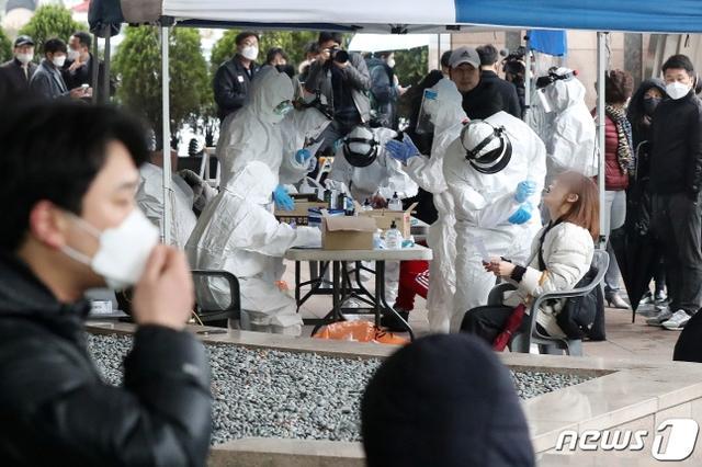 韩国累计7513例确诊:首尔办公楼27人集体被感染 口罩已限购