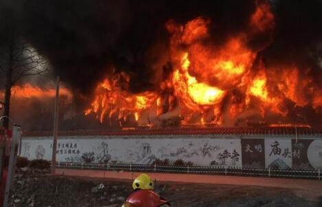 嘉兴一纺织厂突发大火:百名消防员出动 现场浓烟滚滚