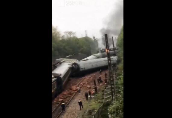 3·30火车侧翻起火致1人遇难, 30余趟列车晚点, 是什么原因导致的?