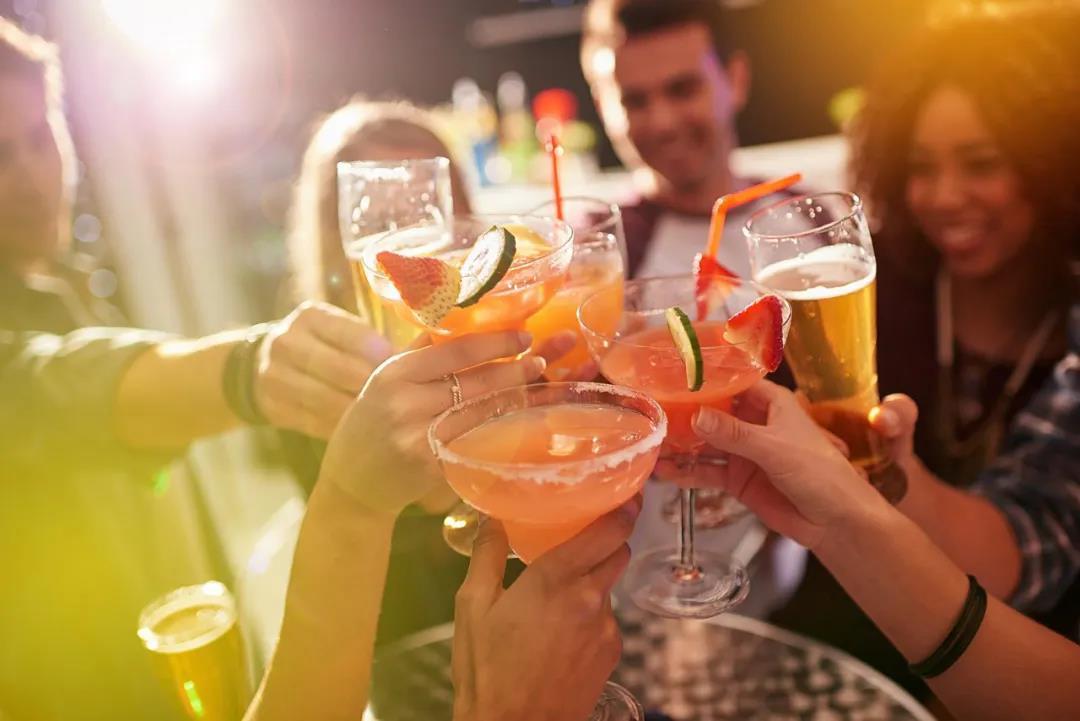近万亿酒精饮料市场开启混战模式,百威 青岛等名企能胜出吗?