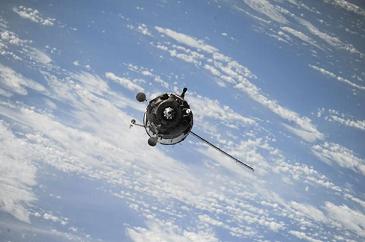 蜂群卫星监测到地球磁场异常,会带来什么后果?地磁场作用有哪些?