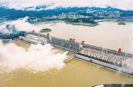 三峡今年首次泄洪:两个深孔同时开启 加大下泄流量