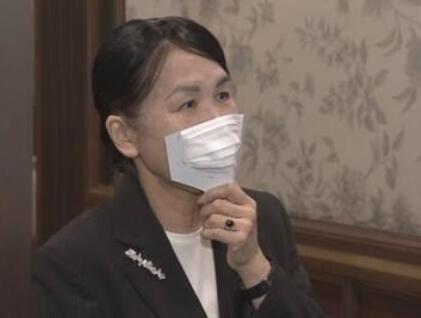日本推广手持口罩:吃饭时放下 聊天时举起  这有用吗?