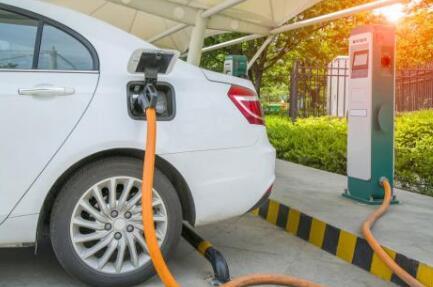 托管式电动汽车充电方法:可有效降低成本并防止变压器过载