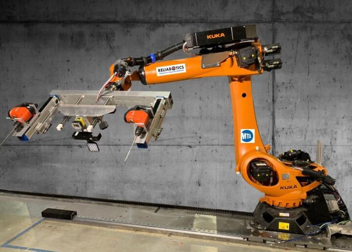 MTA新型隧道机器人 可以在地铁隧道墙壁上钻孔并安装信号设备