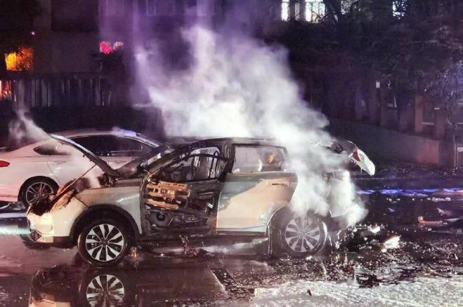 威马汽车主动召回1282辆EX5型电动汽车,因电芯混入杂质引发起火风险