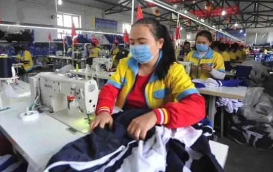 """喀什疫情爆发地是一校服""""卫星工厂"""":287名女工 人均面积不足2平米"""