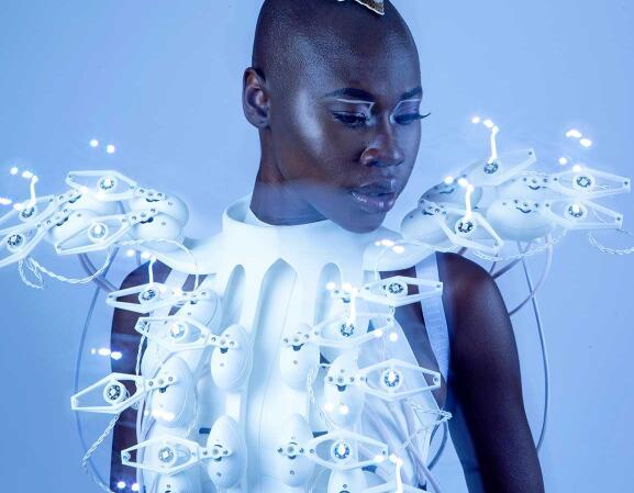 暗黑系高科技穿山甲裙 搭配1,024个独立电极可以轻松读心