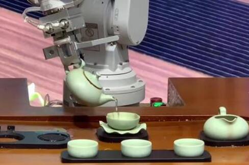 直击进博会现场:自动倒茶机器人、发球机器人......