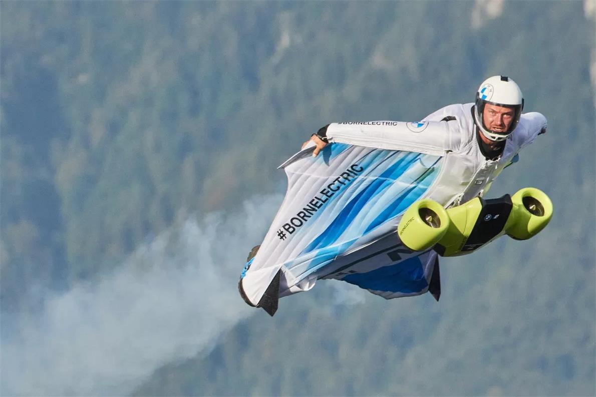 极限运动的一项新发现:世界上第一套电动翼服