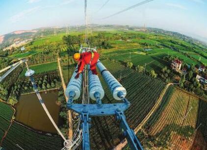 直升机首次实现高原带电作业 中国特高压已成全球标杆