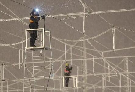 高鐵供電線如何除冰?東北暴雪高鐵接觸網靠敲嗎?