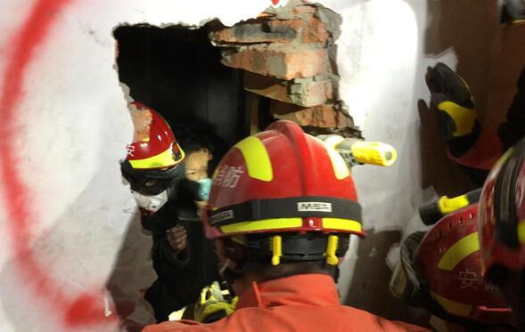 光学探测仪定位助力消防员精准凿墙 解救被困电梯的女子
