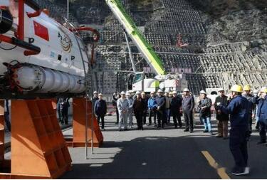 """""""禹龙号""""深水载人潜水器成功下水:最大潜水深度为300米"""