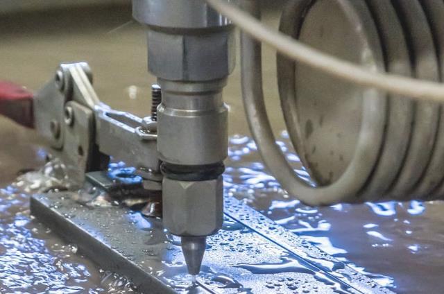 水刀切割时压力和功率如何组合才能保持最佳切割性能?