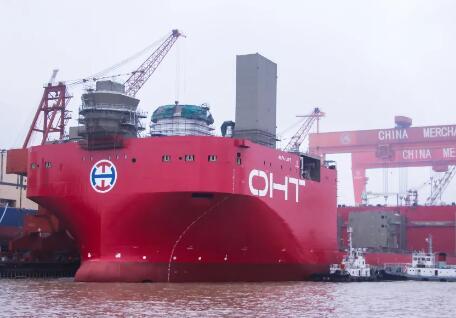 招商重工全球首制48000 MT半潛重吊運輸船順利下水