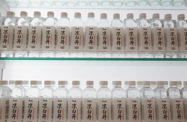涼白開成新黑馬:4年賣出24億瓶 挑戰農夫山泉、康師傅