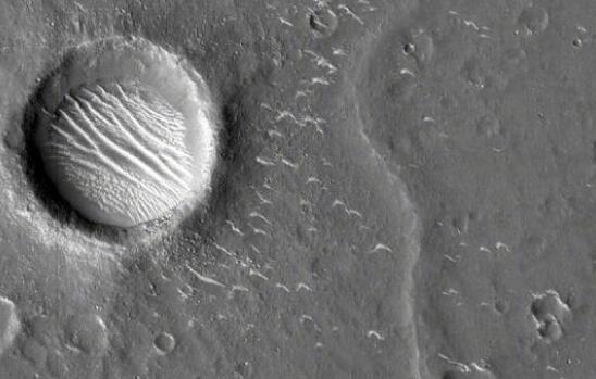 天问一号拍了3张高清火星影像,图中最大撞击坑直径约620米