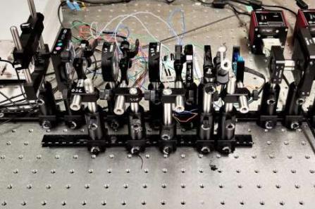 研究人员受螳螂虾启发,开发了高光谱和偏振成像有机光电探测器